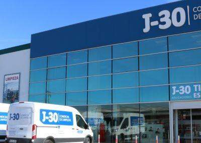 Comercial J30, Instalaciones